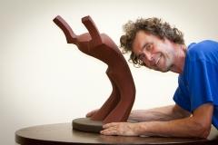 De beeldhouwer en een van zijn lemen sculpturen